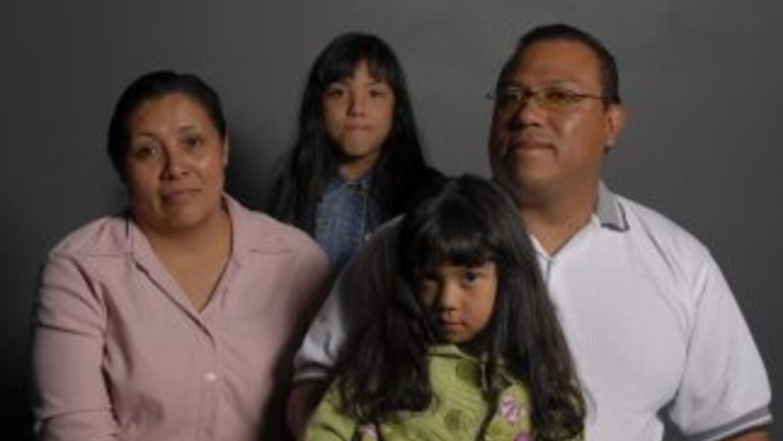 Después de dos años de permanecer, los padres en México y las niñas en E...
