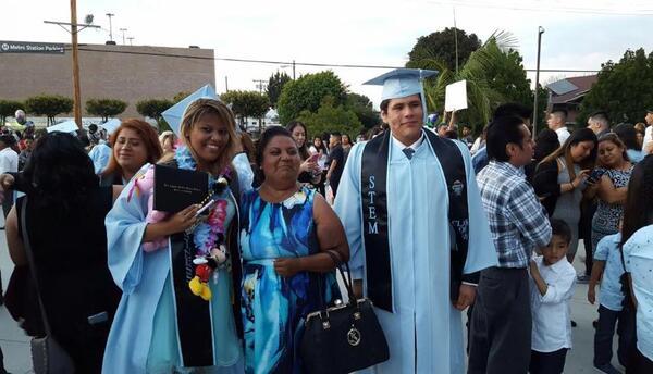 Lind Cortés en la graduación de su hija.