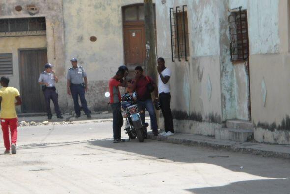 Agentes de la Seguridad y de la Policía Nacional Cubana permanecen apost...