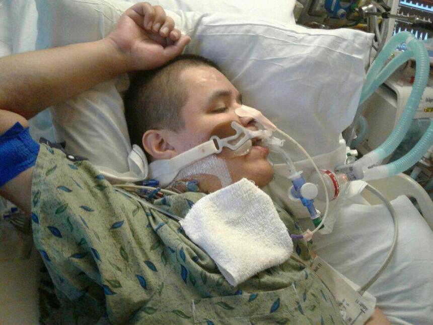 Aaron Díaz, fue internado en un hospital hace 16 días a causa de una fue...
