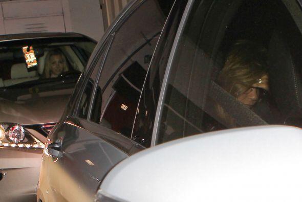 Jennifer no parecía estar cómoda.Fisuras en la puerta derecha se pueden...