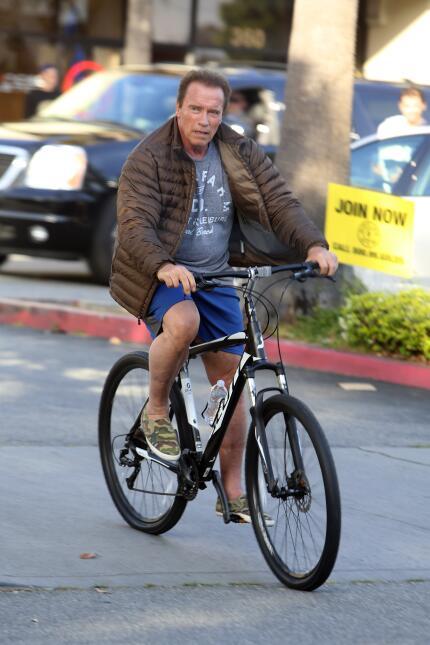 Arnold Schwarzenegger se va en bici con su hijo, Patrick