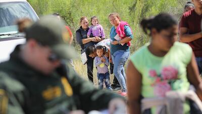 El gobierno pone en vigor nuevas reglas de asilo y le cierra la puerta a miles de inmigrantes