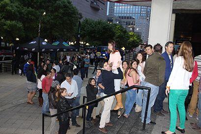 La fila de gente que estaba esperando pacientemente a que abrieran las p...
