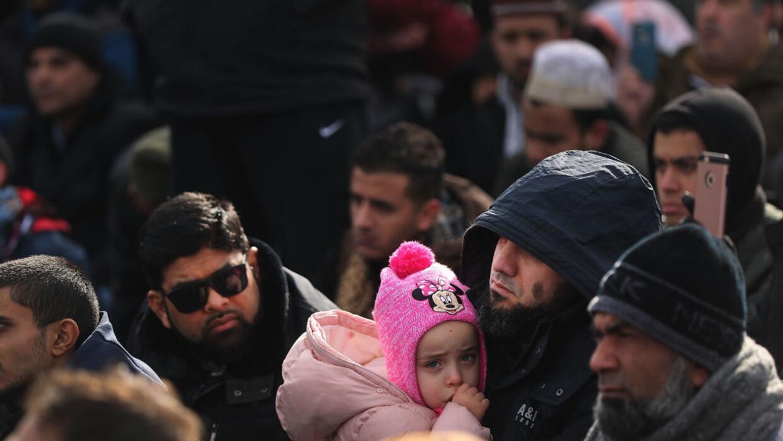 Un hombre sostiene a su hija mientras ora en la manifestación de...