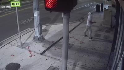 Con este video, buscan al sospechoso de robar en un restaurante de la Pequeña Habana