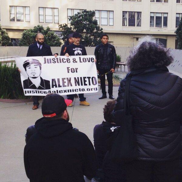 Cientos protestaron afuera del tribunal donde se lleva a cabo el juicio...