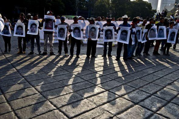 Muchos portaban pancartas con los rostros de los jóvenes desaparecidos.