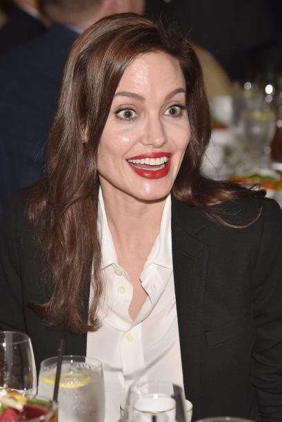 Angelina muy entretenida en la velada