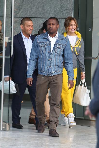 Aunque no es uno de sus momentos más fashion, JLo muestra su 'happiness'...