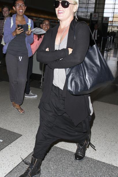 ¡Por favor no imiten el atuendo de Pink! Esos pantalones son horribles,...