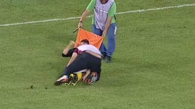 Camillero tira a futbolista