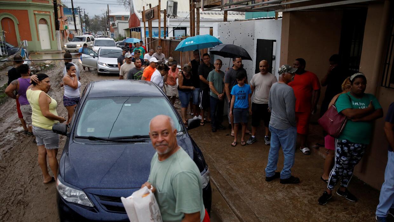 Personas hacen fila para comprar pan en el municipio de Salinas.