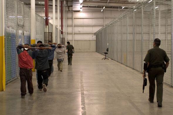 También se puede ver cómo los llevan a centros de detenciones para ser d...