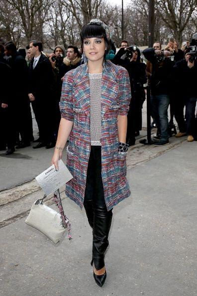 Guapa y puntual llegó Lily Allen al 'fashion show' que la marca Chanel p...