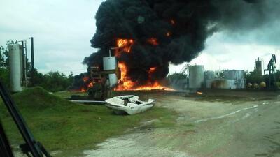 Un rayo causó la explosión de dos tanques de petróleo, originando un fue...