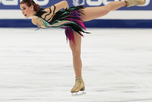 Con un hermoso atuendo lleno de color y con una coreografía dinámica se...