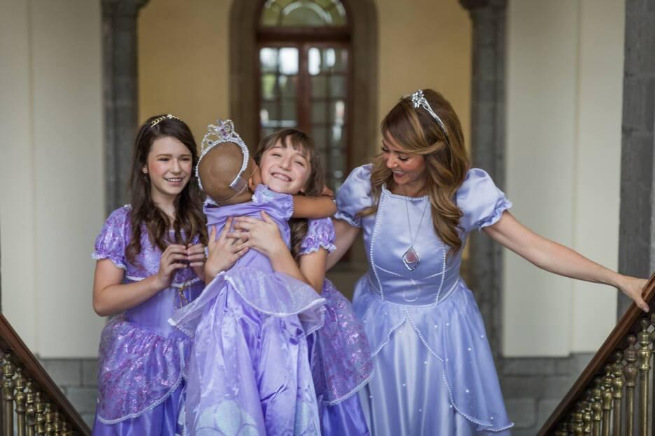 Andrea Legarreta y sus hijas vestidas de princesas
