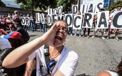 Las protestas callejeras se han tenido durante más de 100 d&iacut...