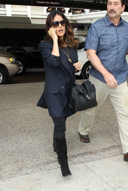 Salma Hayek estaba en el aeropuerto internacional de Los Ángeles, a punt...