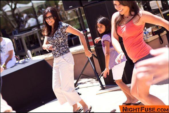 Inmediatamente, las bailarinas invitaron al público a bailar con ellas.