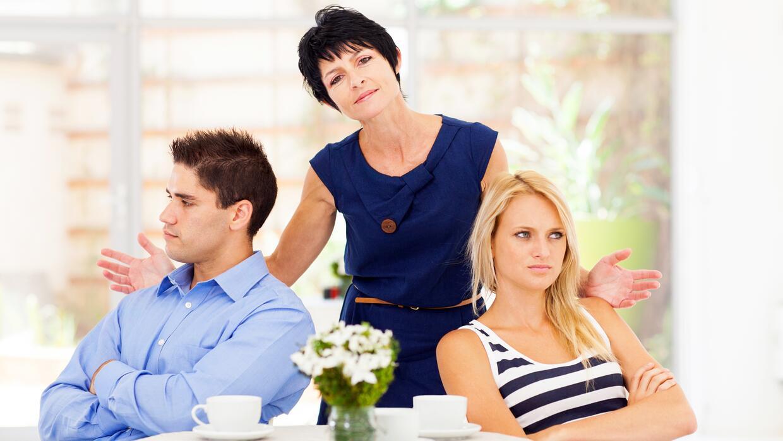 ¿Quién causa más dolores de cabeza, la madre de ella o la de él? Un deba...