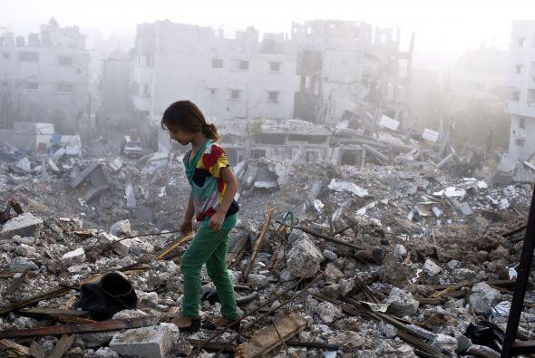 Una niña palestina camina sobre los escombros esparcidos de lo qu...