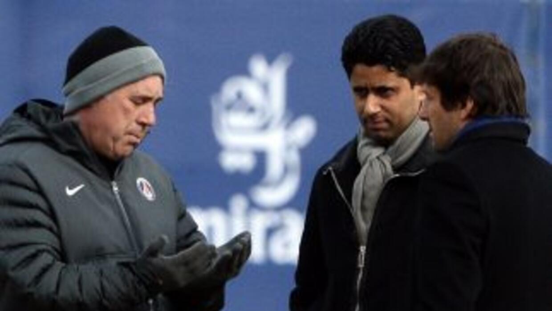 Imagen de Ancelotti hablando con Leonardo, director deportivo y conNass...