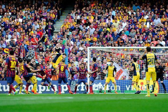 Hasta que a los 4 minutos Diego Godín saltó más que nadie en un tiro de...
