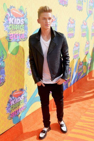 La estrella juvenil Cody Simpson llegó a los Kids Choice Awards con un '...
