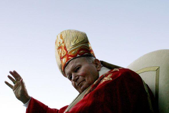 Karol Wojty,a decidió adoptar el nombre de Juan Pablo II y se convirtió...