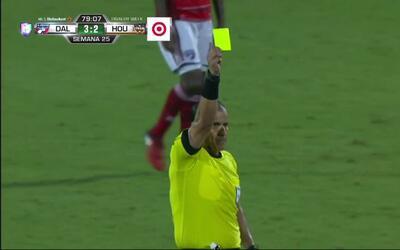 Tarjeta amarilla. El árbitro amonesta a Kevin Garcia de Houston Dynamo