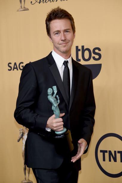 Edward Norton entrando al backstage, con su premio por Mejor elenco.