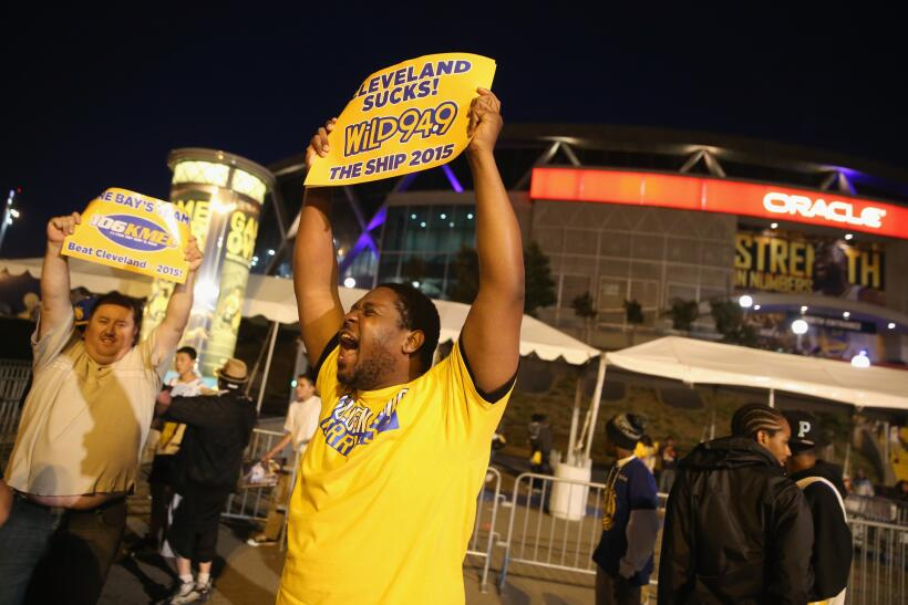 Fans de los Golden State Warriors celebraron en las calles de Oakland