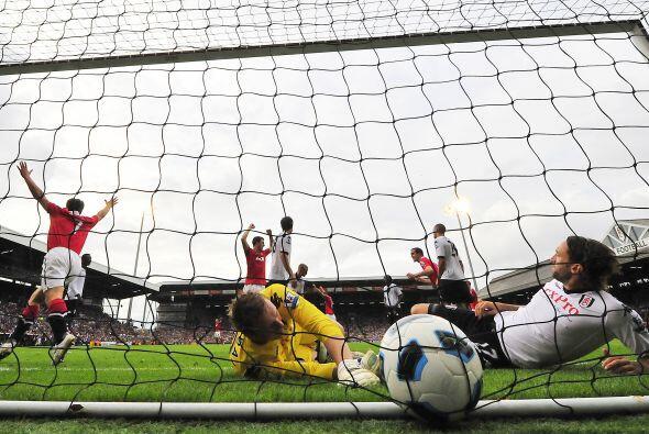 Paul Scholes ponía el 1-0. Simon Davies empataba para el Fulham, pero Ha...