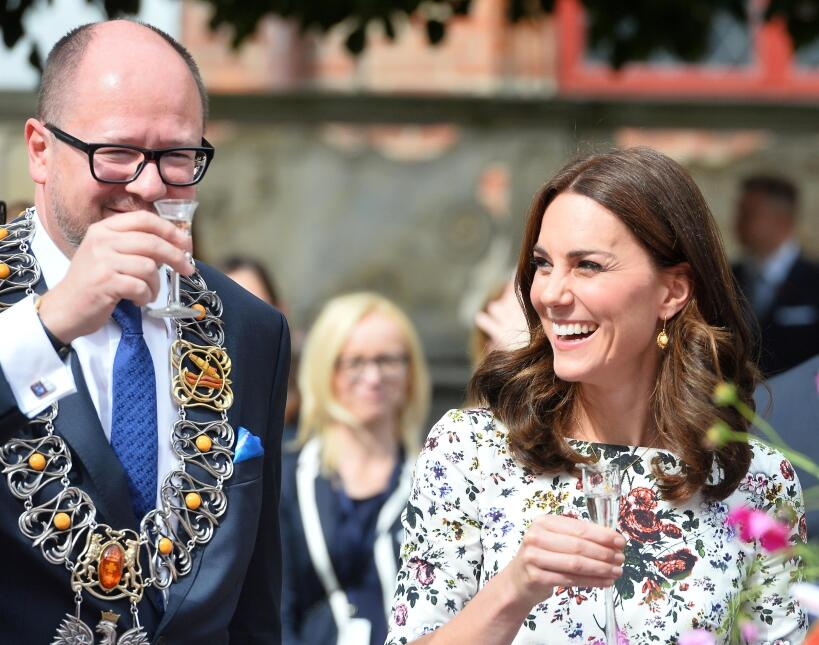 Con su característica sonrisa, Kate Middleton celebró el brindis realiza...