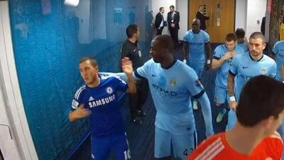 El jugadore del City se molestó al del Chelsea antes de jugar.