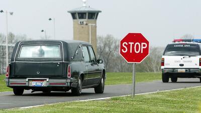 Una carroza lleva el cuerpo de un reo ejecutado por asesinar a su ex esposa
