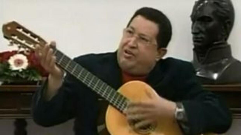 Hugo Chávez tocó la guitarra que le regaló el cantante mexicano, Vicente...