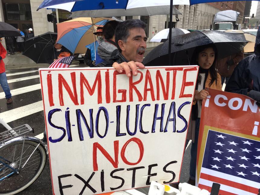 Un hispano grita consignas contra el plan migratorio del presidente Trump.