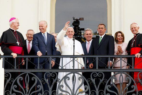 El pontífice saluda a la multitud desde el balcón del edificio del Capit...