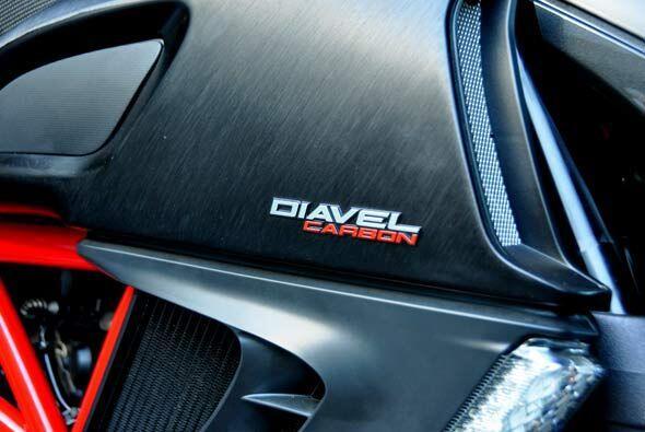 La Ducati Diavel Carbon tiene varios elementos fabricados en fibra de ca...