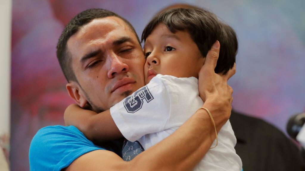 Los niños separados en la frontera no reconocen a sus padres cuando reunidos (univision.com)