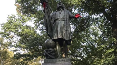 La estatua de Cristóbal Colón vandalizada en el Parque Cen...