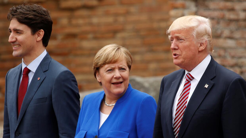 La presidenta de Alemania, Angela Merkel, entre Donald Trump y el primer...
