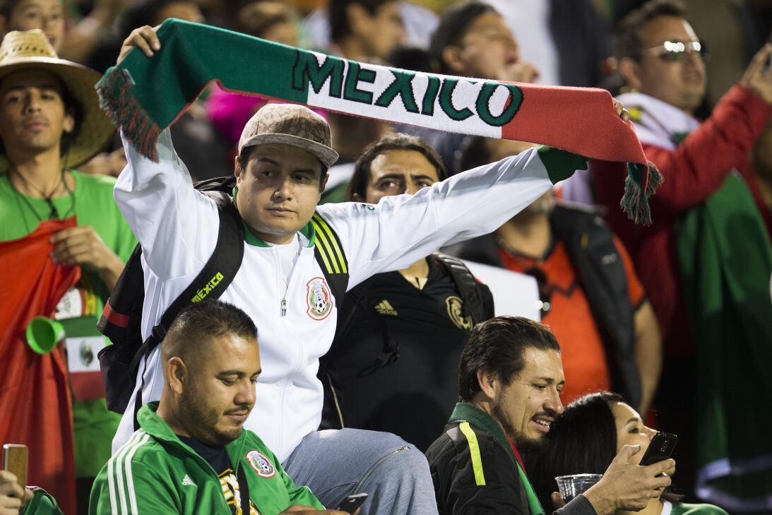 La fiesta de los mexicanos en el partido contra Islandia 20170208_2140.jpg