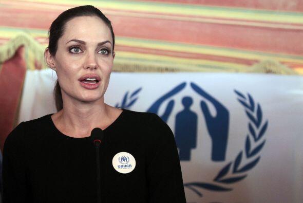 Angelina también hace importantes donaciones, a veces junto a Brad Pitt....