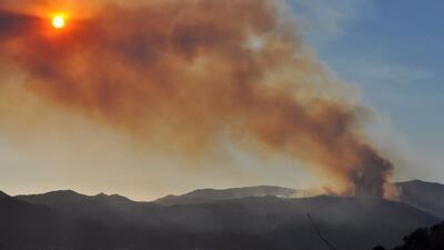Bomberos combaten las llamas del incendio 'Wildomar' en el sur de Califo...