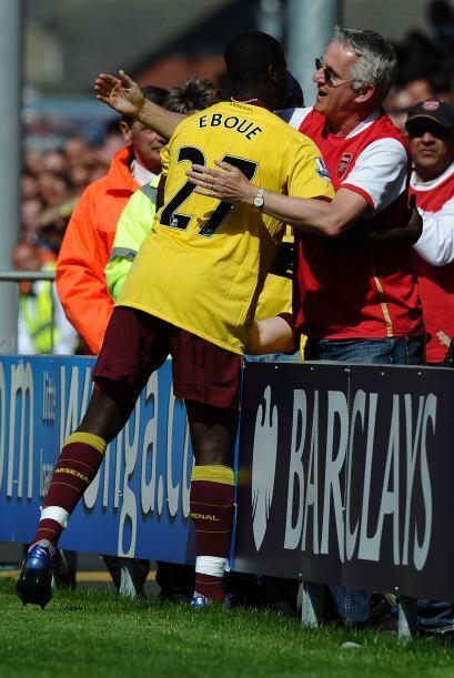 De hecho, lo hizo abrazando a un fanático del Arsenal.