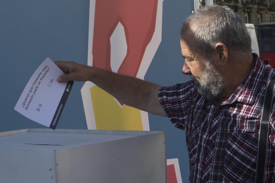 Un hombre deposita una papeleta electoral en un simulacro de votaci&oacu...